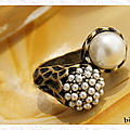 bague_sculpee_style_vintage_perles_nacrees_blanc_metal_couleur_b