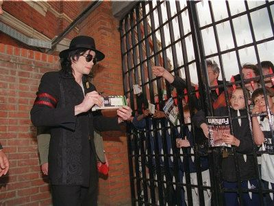 michael-jackson-at-the-craven-cottage-football-ground-home-of-fulham-april-1999