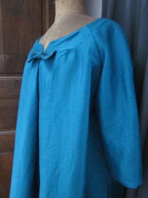 Robe trapèze CARLA en lin et viscose bleu - manches raglan trois quart - pli creu sur le devant - encolure V - noeud (7)