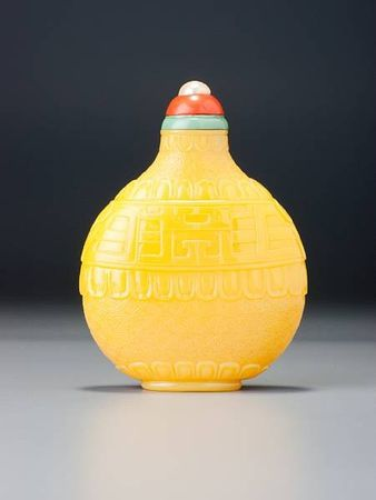 A_yellow_glass__kui_dragons__snuff_bottle1