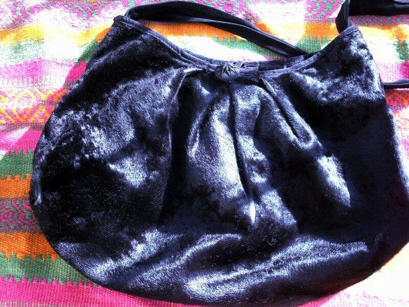 sac en peau noir et bouton passementerie