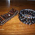 épingles à nourrice enfilées de perles diverses et montées sur élastiques transparents.