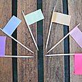 pics en bois façon drapeaux colorés
