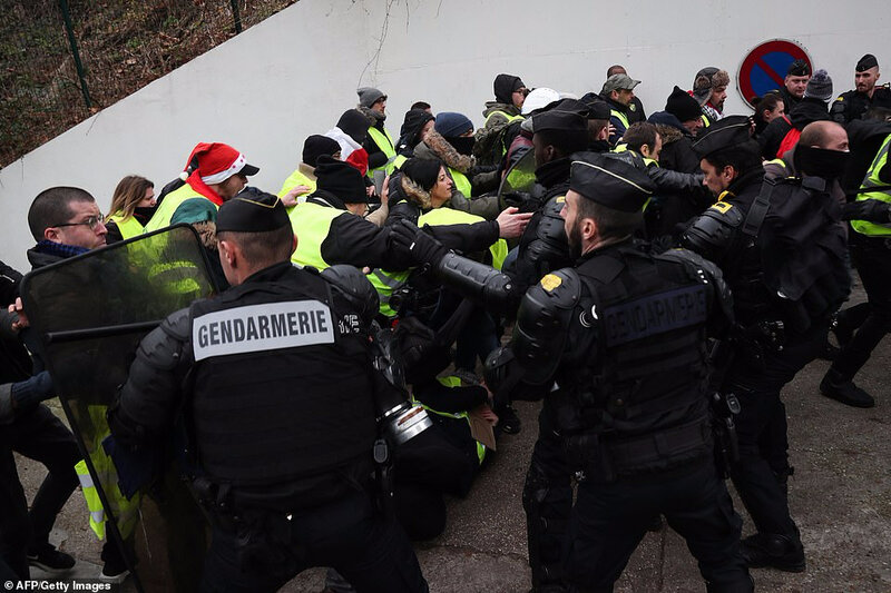 7930856-6537891-Protesters_clash_with_police_officers_during_demonstration_calle-a-15_1546127532958