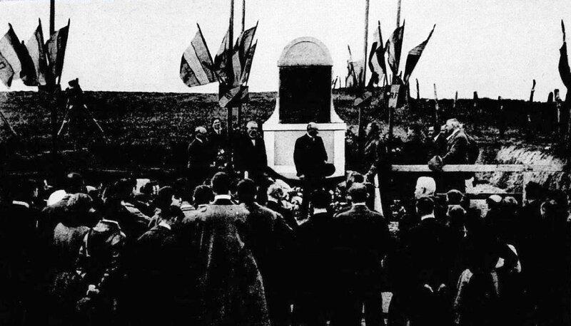 Le_monument_Georges_Boillot,_inauguré_au_bord_du_circuit_pour_la_Coupe_Georges_Boillot_1923