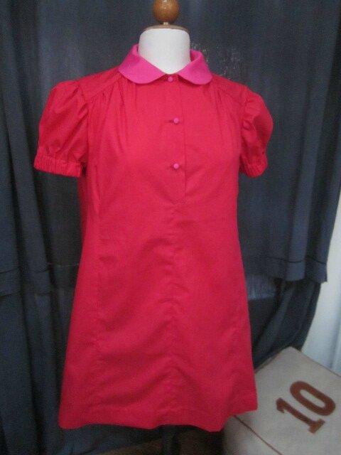 Robe PAULETTE en popeline de coton rouge avec col claudine et boutons recouverts en popeline de coton fushia (3)