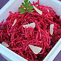 Salade de betterave crue râpée, ail emincé, sauce à l'huile de lin