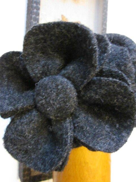 Chapeau AGATHE en laine bouillie gris anthracite avec fleur - doublé de coton beige à fleurettes grises (7)