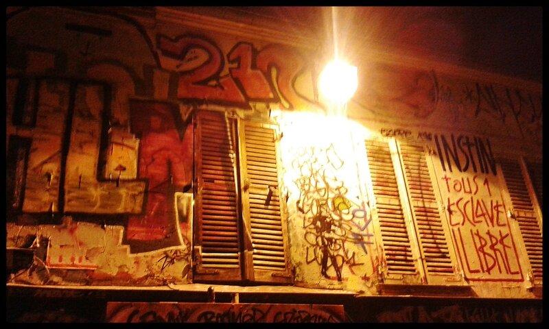 graffitis (rue Denoyer de nuit, éclairage)