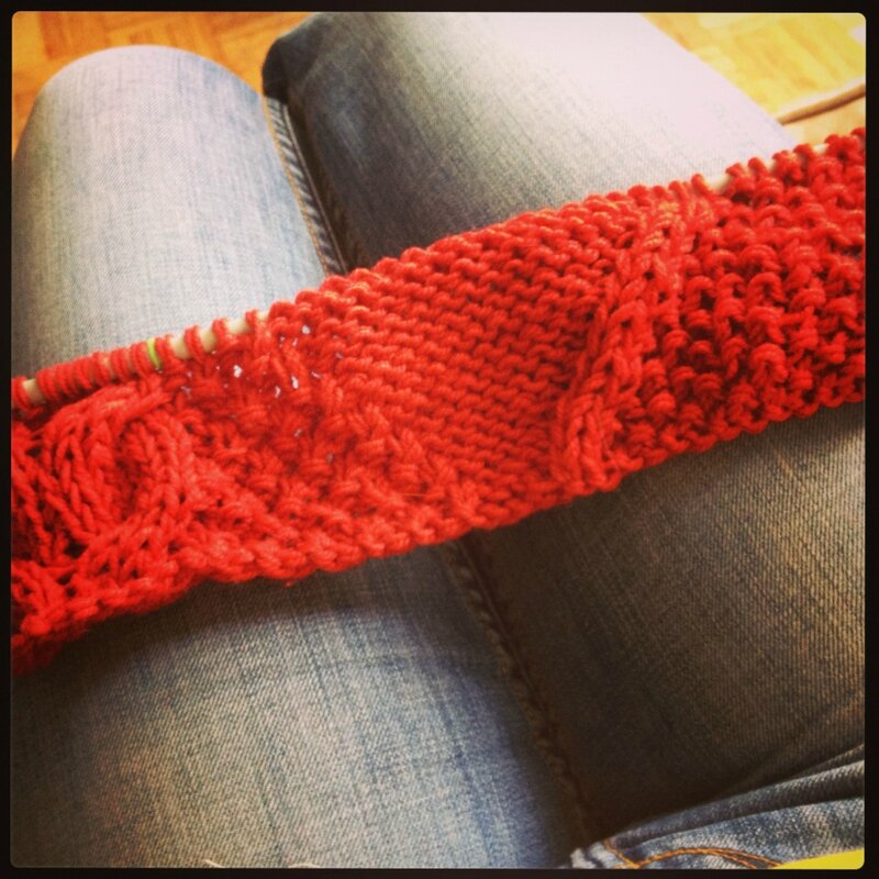 Joli tricot rouge avec torsades