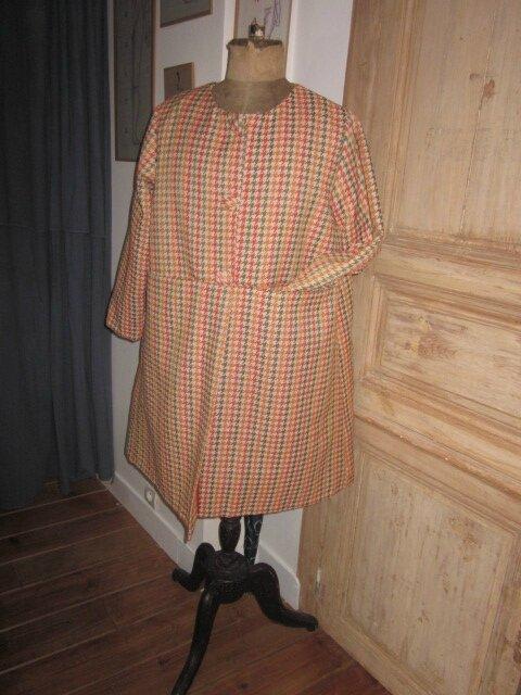 Manteau GISELE en toile polyester imprimé pied de poule kaki et orange - Doublure de satin orange - fermé par 3 pressions dissimulés sous 3 gros boutons recouverts (2)