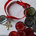 Médailles en nacre gravées et bracelet sur ruban élastique médaille gravée et Croix en nacre