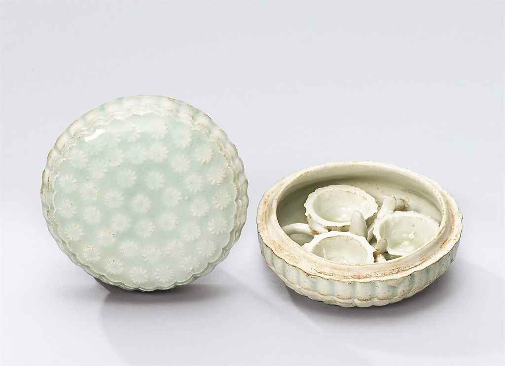 A moulded qingbai chrysanthemum-shaped cosmetic box, Southern Song dynasty (1127-1279)