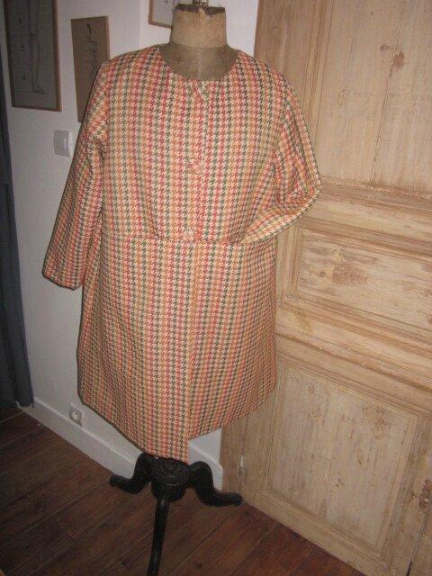 Manteau GISELE en toile polyester imprimé pied de poule kaki et orange - Doublure de satin orange - fermé par 3 pressions dissimulés sous 3 gros boutons recouverts (3)