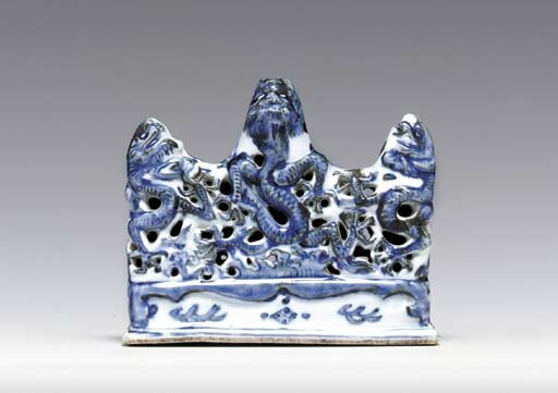 A Ming blue and white reticulated brushrest, Wanli period (1573-1619)