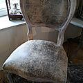 Chaise médaillon style cuir vieilli