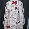Manteau AGLAE en lin brut imprimé papillon rouge sur fond de journal fermé par un noeud de lin rouge (7)