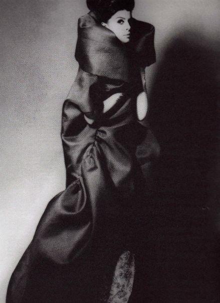 Balenciaga, Manteau du soir, 1952. Photo Kublin