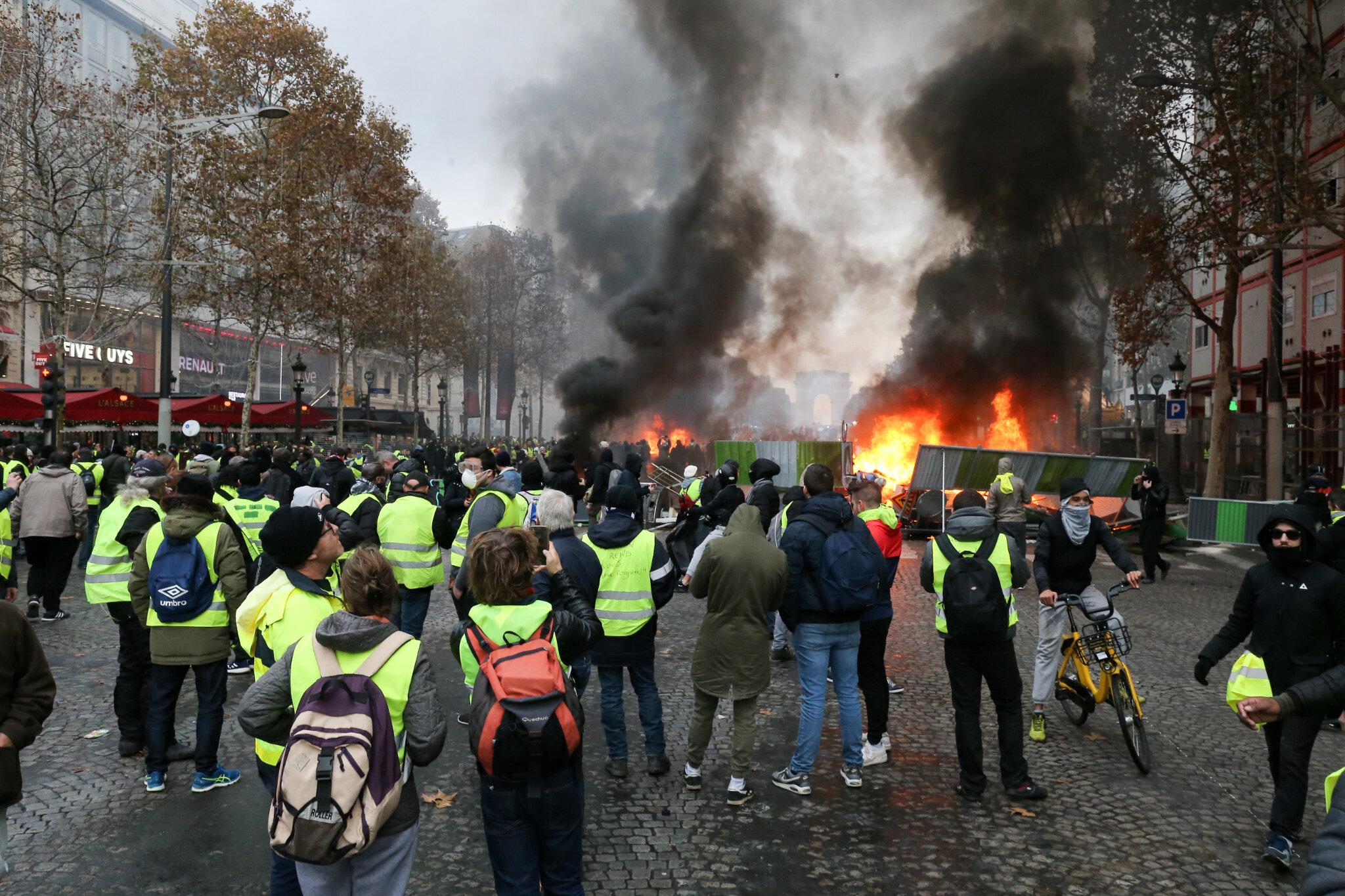 « Gilets jaunes » à Paris : chaos sur les Champs-Elysées. © Michel Stoupak. Sam 24.11.2018, 14h25m19.