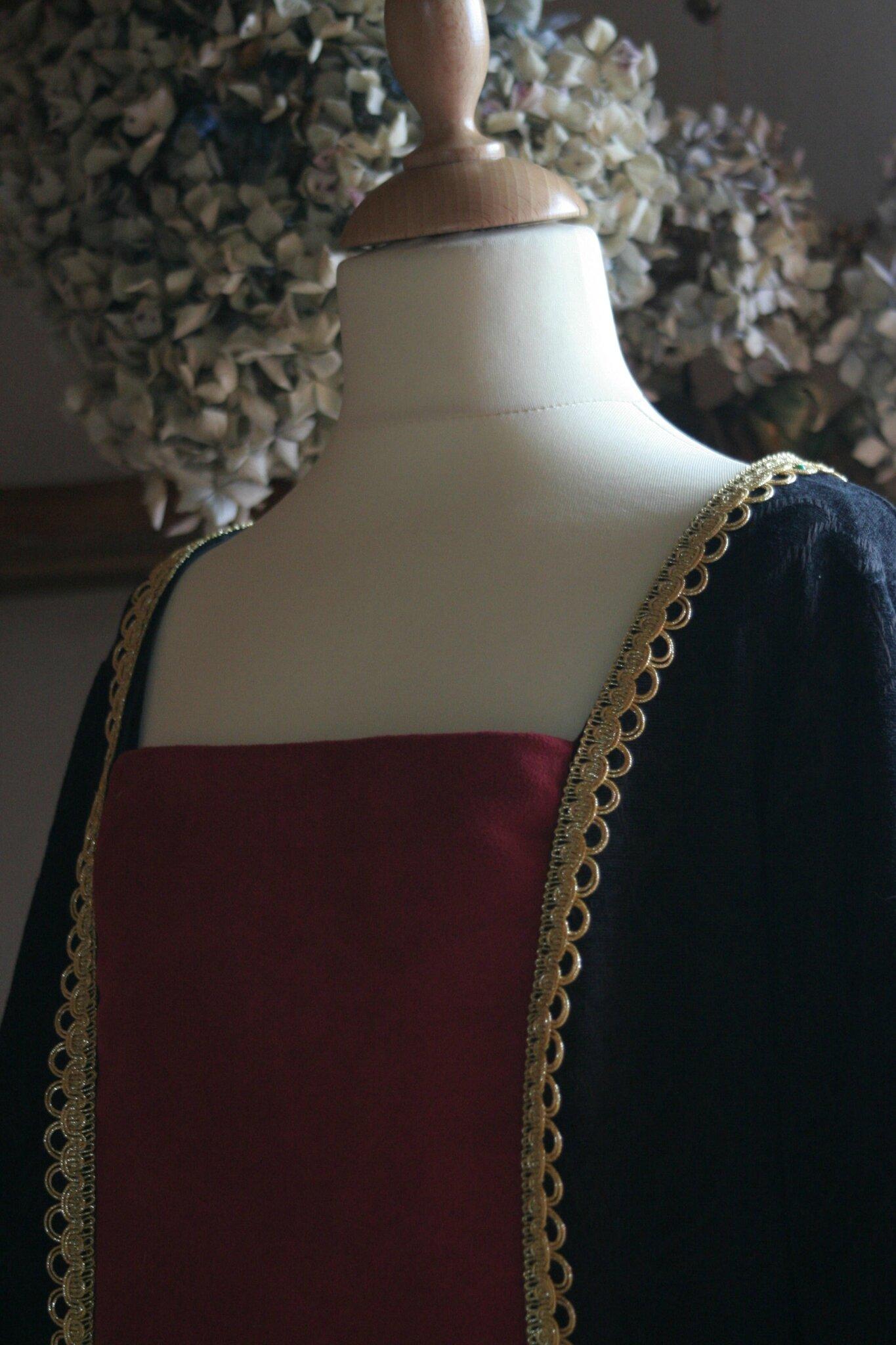 Détail du buste de la Robe Rouge et Noire