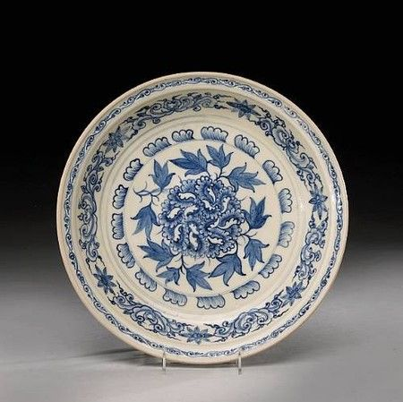 A blue and white pottery deep dish - Vietnam, Late 15th/Early 16