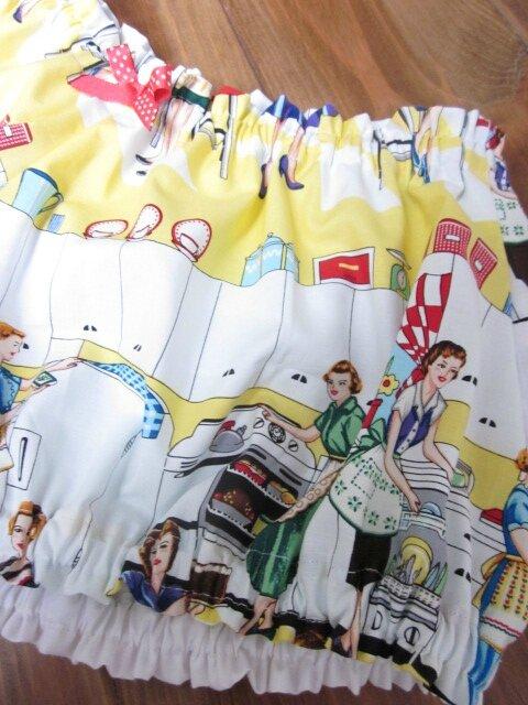Culotte en coton imprimé ménagère des années 50 et noeud assorti sur devant et sur les fesses (4)