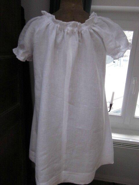 Robe ALBANE en lin blanc réhaussée d'un noued noir sur le devant - Taille 48 moins froufroutante (9)