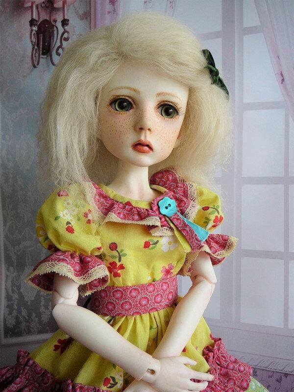 15 Mina en robe multicolore