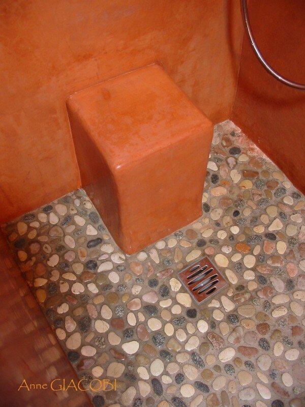 Tabouret dans bac à douche à l'italienne