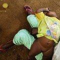 Turmi : Enfant sur les genoux de sa mère