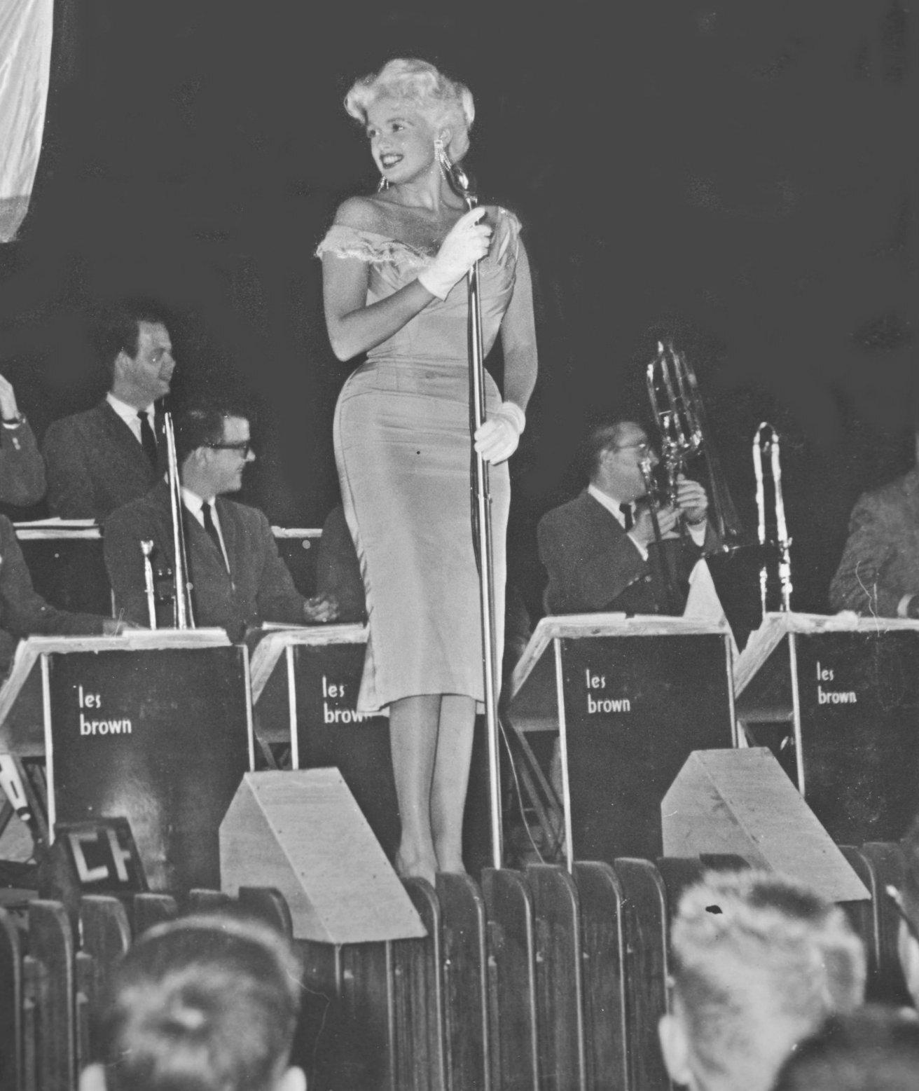 jayne-1957-12-USO_tour-korea-stage-1