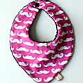 bavoir bandana moustaches fille rose fuchsia