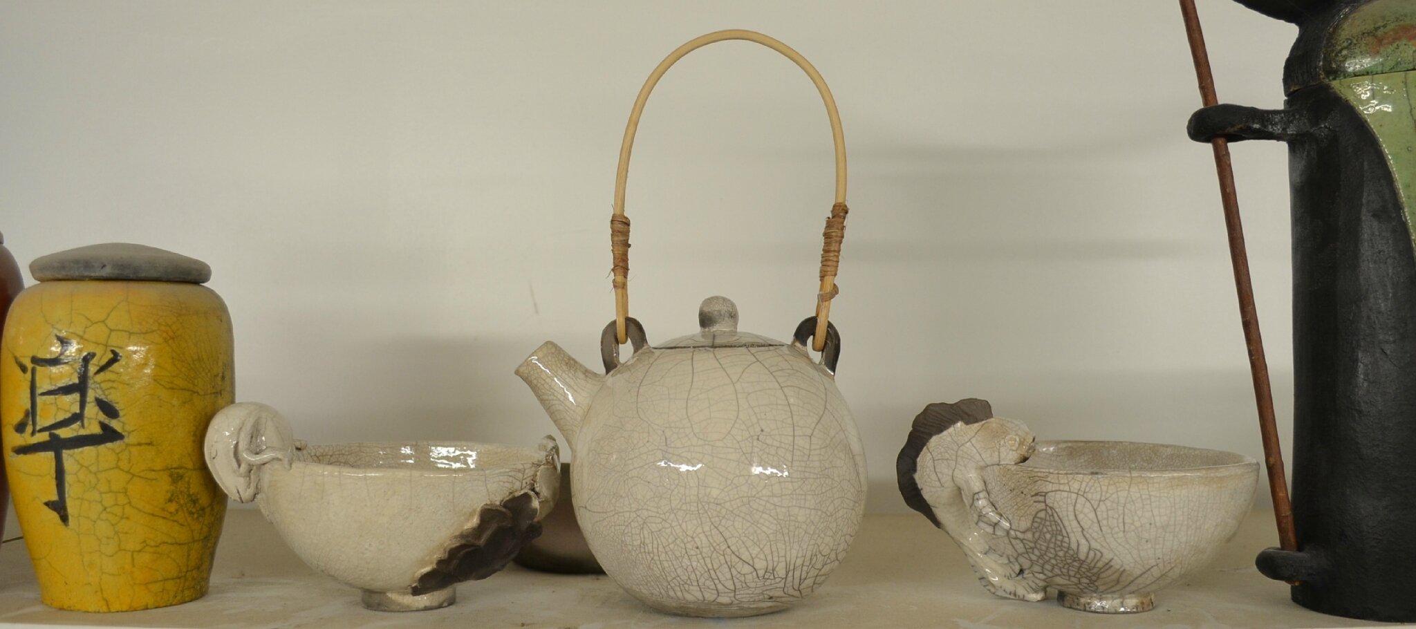 La grande réconciliation: théière avec rotin ramassé à Brazzaville entourée d'un bol chinois et d'un bol japonais