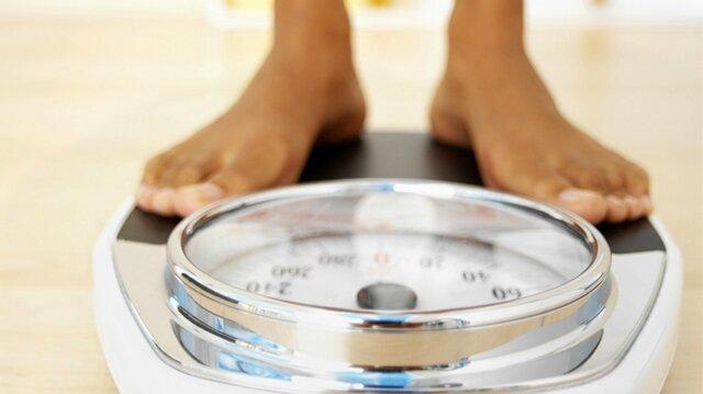 une-femme-pèse-son-poids-sur-une-balance2
