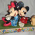 Minnie Mouse serre livres