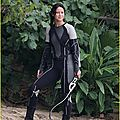 jennifer-lawrence-fish-eating-on-hunger-games-set-01