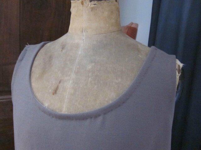 Robe CAROLINE en crêpe taupe (4)