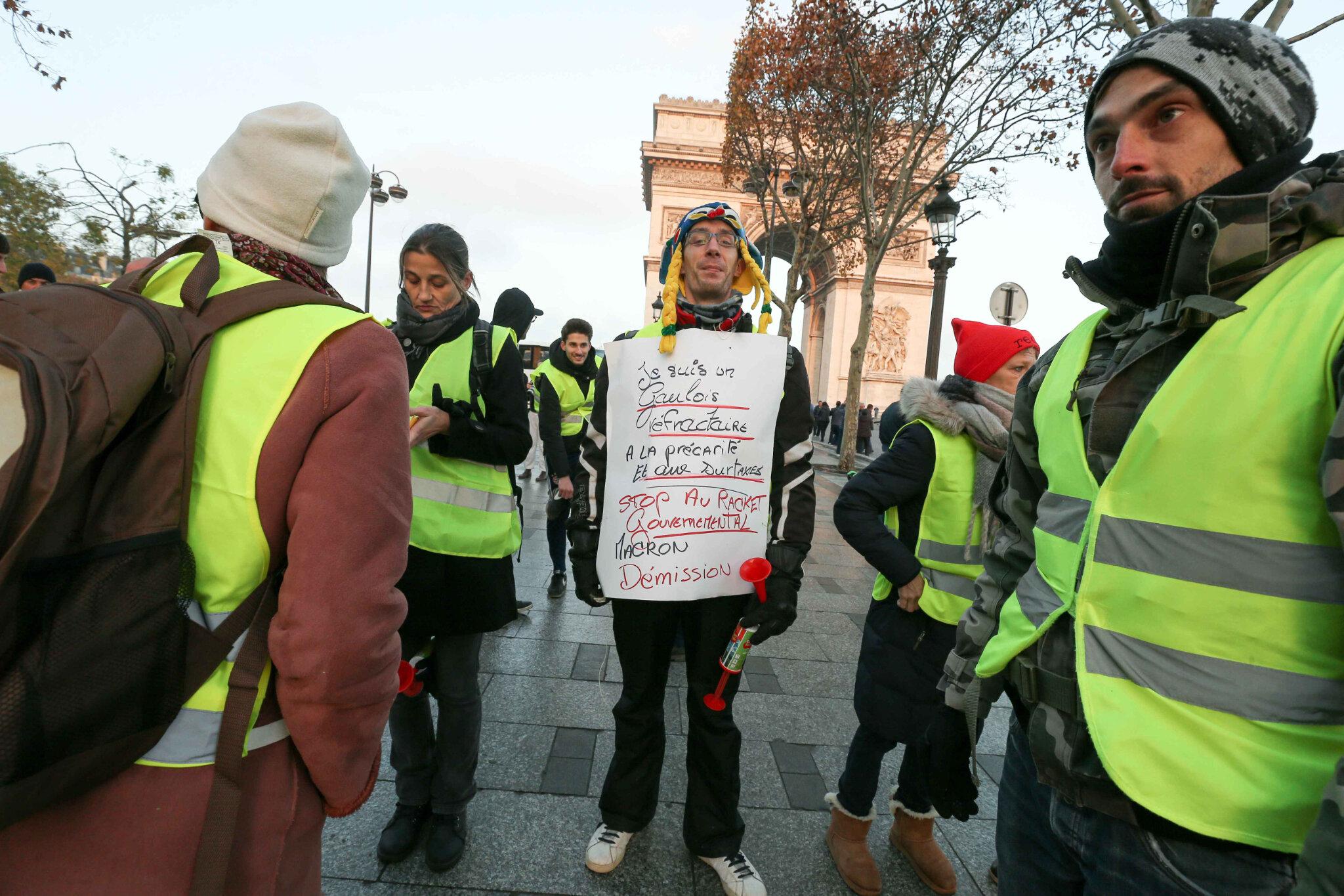Les gilets jaunes bloquent la place Charles-de-Gaulle. © Michel Stoupak. Sam 17.11.2018, 08h27m32.
