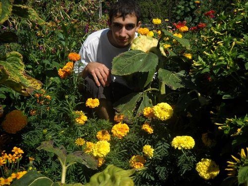 2009 08 28 Cyril devant les fleurs de son jardin (3)