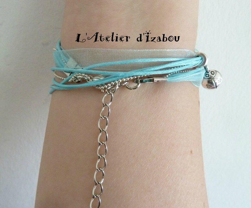P1190785 Bracelet été organza bleu ciel, coton ciré et breloque coccinelle et pompon de fil bleu ciel, parsemé de perles, fermoir mousqueton et chaîne d'aisance