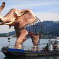 L'éléphant arrive sur son bateau