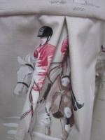 Manteau AGLAE en toile de coton beige clair imprimé chevaux de courses, fermé par un noeud de lin chocolat (1)