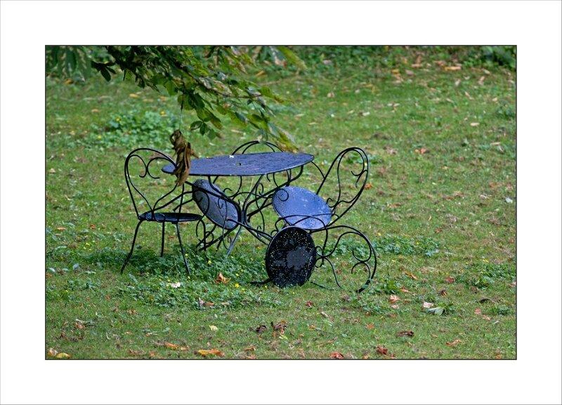 table chaises exterieurs renversees 230616 1