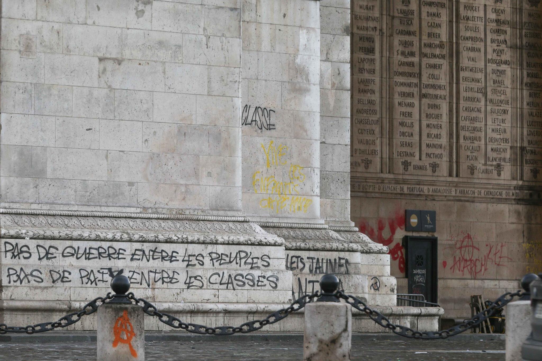 Gilets jaunes : l'Arc de Triomphe pris d'assaut. © Michel Stoupak. Dim 02.12.2018, 10h55m36.