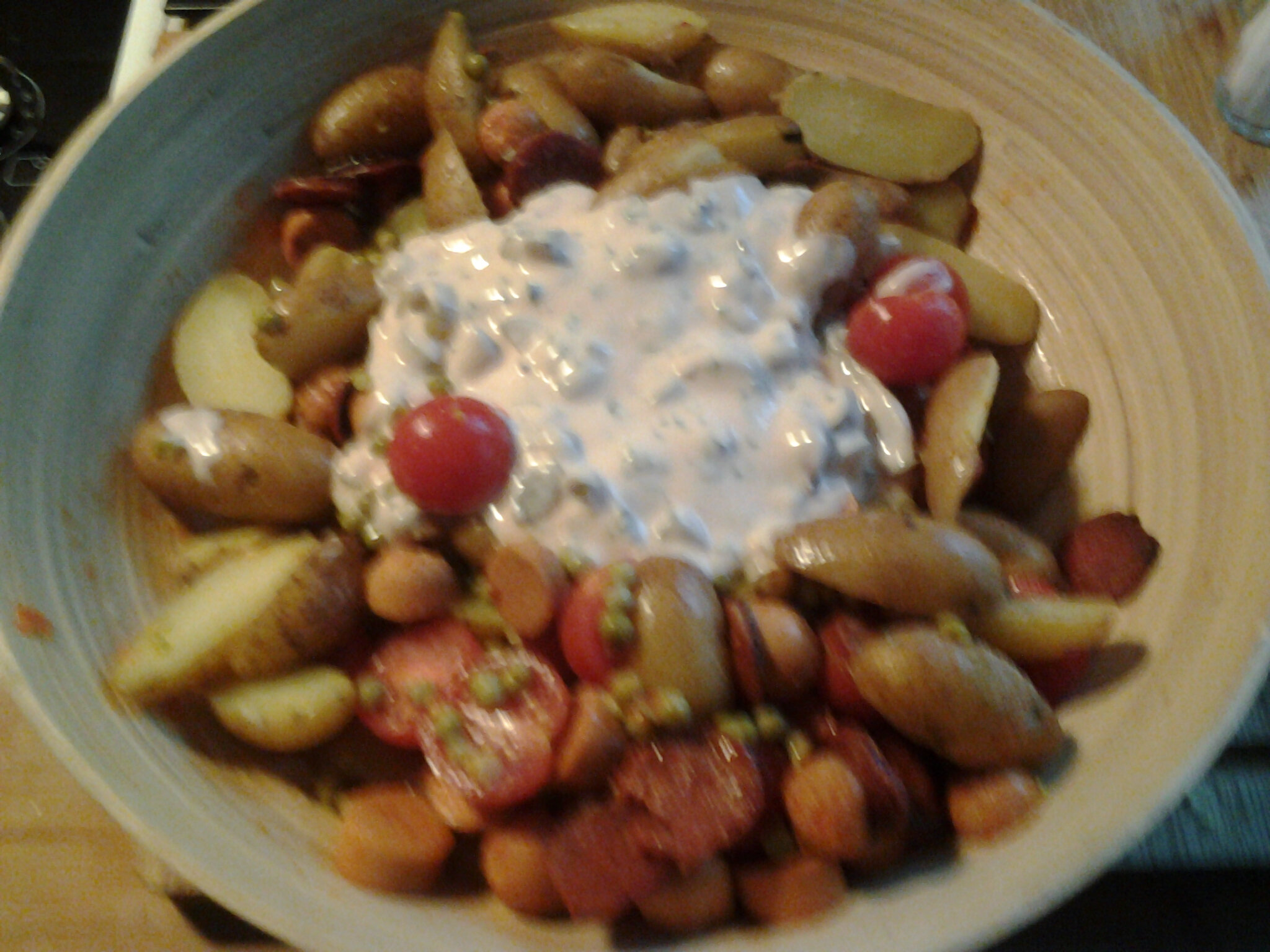 Salade de pommes de terre aux saucisses cocktail et aux petits pois