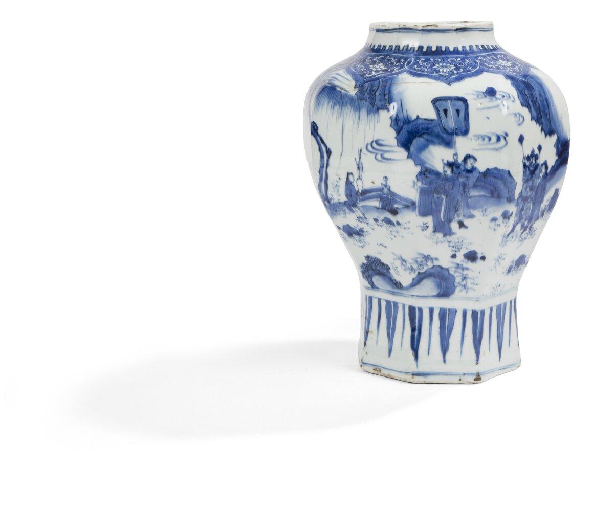Vase de forme balustre et octogonale en porcelaine décorée en bleu sous couverte, Chine, Période Transition, XVIIe siècle