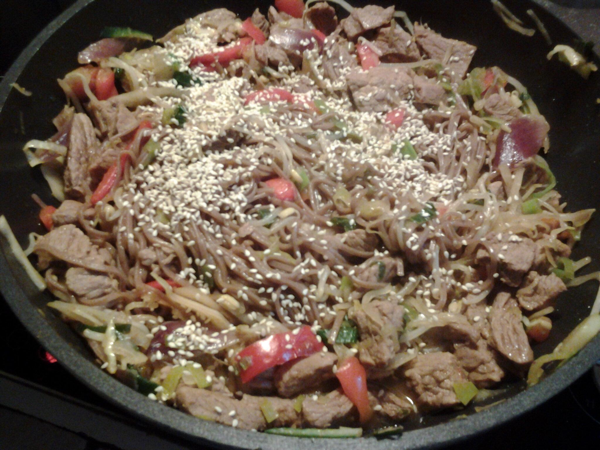 Wok de légumes au boeuf et aux nouilles soba
