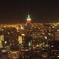 du haut du Rockefeller, en rouge et vert, l'Empire State, autour, euh, Manhattan