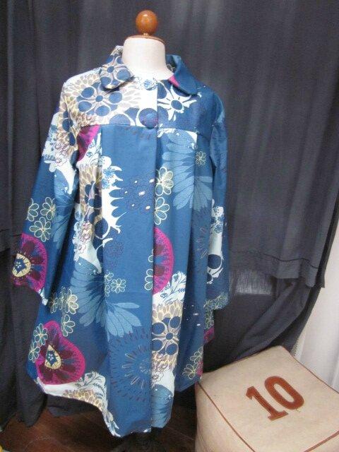 Ciré en coton enduit fleuri bleu pétrole, ciel et violine fermé par 2 pressions dissimulés sous 2 boutons recouverts dans le même tissu (2)