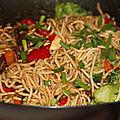 Wok de nouilles chinoises sautees, boeuf et legumes